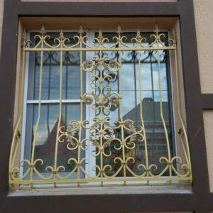 Кованые оконные решетки Желтая кованая решетка для окна Арт. Р-006 Norkovka